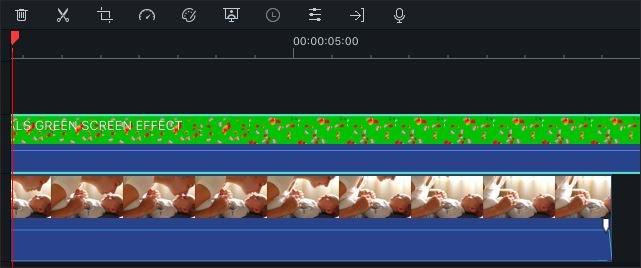グリーンスクリーンクリップを別の動画トラックにドラッグ